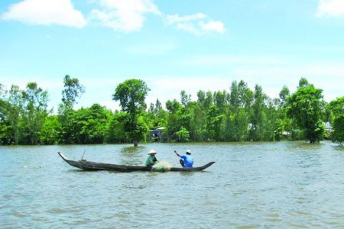 Locals fish in the Tien River off Cu lao Gieng (Gieng Island) i