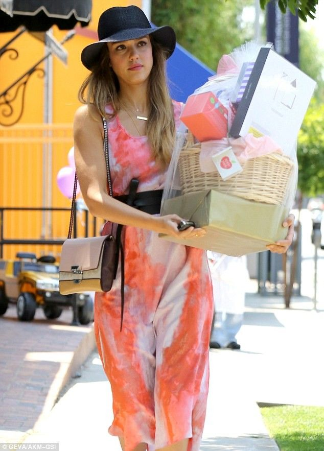 Jessica Alba Breaks Trends