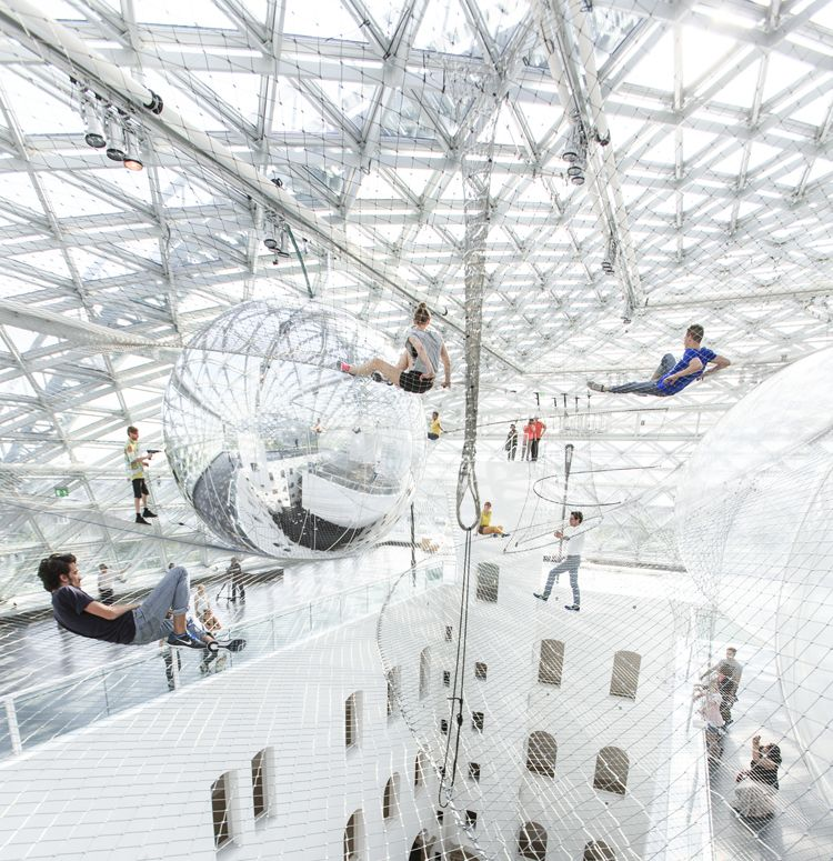 Tom�s Saraceno art installation
