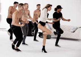 Gisele B�ndchen Disco Dances During MTV's VMAs for Stuart Weitzman's First TV Commercial