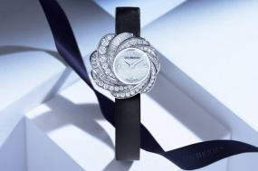 De Beers Aria Timepiece Features Mother-of-Peal & Diamonds for the Perfect Holiday Sparkle
